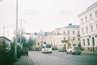 街路を走る車の写真・画像素材[3771227]
