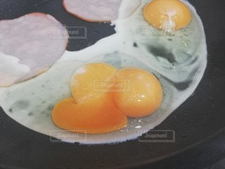 皿の上の卵の写真・画像素材[2444191]