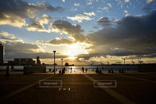 夕暮れ時の大阪港の写真・画像素材[2393660]
