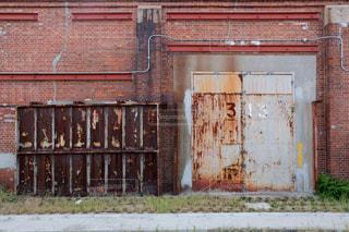 レンガ造りの倉庫の写真・画像素材[2410601]