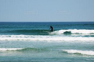 海で波に乗っている男の写真・画像素材[2964220]