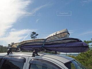 車に積んだサーフボードの写真・画像素材[2968404]