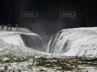 滝の上に観光客がいる風景の写真・画像素材[2385693]