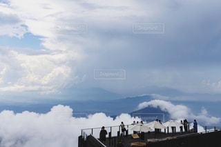 空テラスから絶景を楽しむ人々の写真・画像素材[2392571]