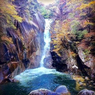 紅葉と滝の写真・画像素材[2418380]