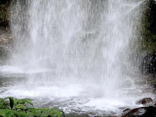 流れ落ちる滝の水しぶきの写真・画像素材[2428638]