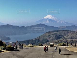富士山と芦ノ湖の景色と観光客の写真・画像素材[2436675]