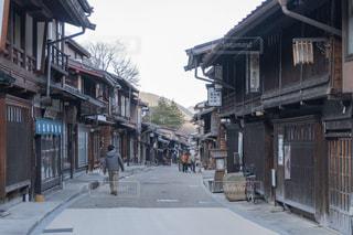 宿場町の通りを歩く観光客の写真・画像素材[2443760]