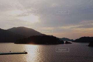 シルエットになっている朝の島の風景の写真・画像素材[2446308]