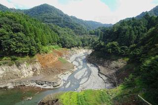 山間の水が枯れた川の写真・画像素材[2469280]
