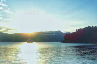 光の中の船の写真・画像素材[2489898]
