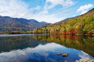 空と山と湖の秋の風景の写真・画像素材[2509442]