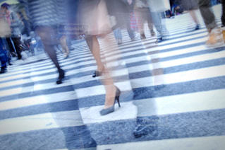 通りを歩く人々のグループの写真・画像素材[2390742]
