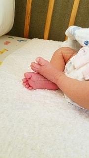 ベッドに寝ている赤ん坊の写真・画像素材[2382088]