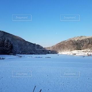田んぼの雪の写真・画像素材[2385180]