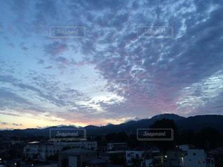 朝方の雲の群れの写真・画像素材[2384431]