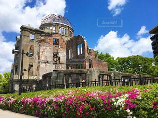 充溢の春と原爆ドームの写真・画像素材[2382550]