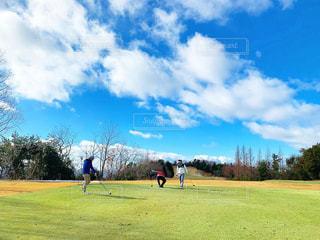 仲間でゴルフの写真・画像素材[2387680]