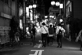 街の通りを歩く人々のグループの写真・画像素材[2425023]