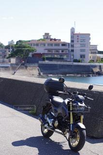 道路の脇に駐車したオートバイの写真・画像素材[2386264]