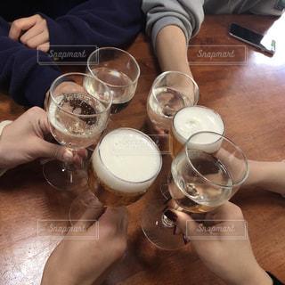 テーブルの上にビールのグラスを持っている人々のグループの写真・画像素材[2720944]