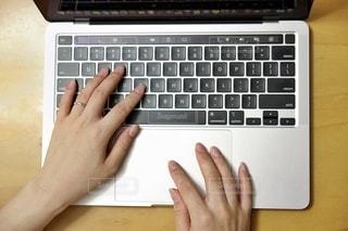 ラップトップとキーボードを持つ手の写真・画像素材[3559762]