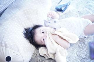 大好きなタオルを抱えた赤ちゃん。の写真・画像素材[3601657]