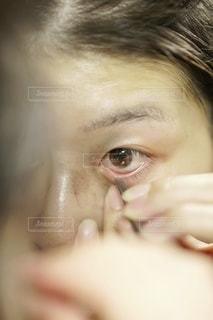 逆まつげを抜く女性。の写真・画像素材[3610511]