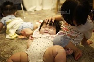 赤ちゃんを抱いている赤ちゃん。の写真・画像素材[3645902]