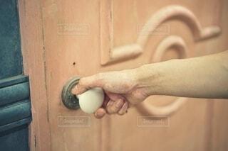 扉を開けようとしている人の写真・画像素材[3678622]