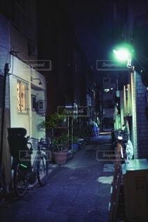 夜道は照らして進め!の写真・画像素材[3699171]