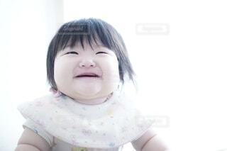 カメラに微笑む少女の写真・画像素材[3781397]
