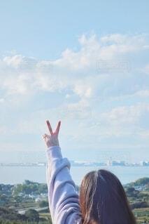 観光地、高台でピースサインする女性。の写真・画像素材[3938130]