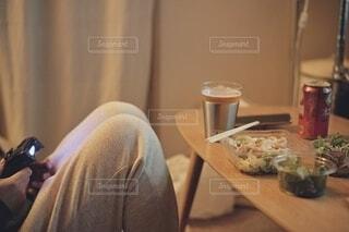 宅飲みする女性。の写真・画像素材[3963018]