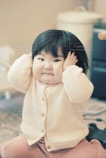 頭を抱える赤ちゃん。の写真・画像素材[4139870]