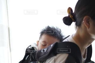 子供をおんぶしている母親。の写真・画像素材[4209004]