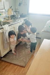 子どもに囲まれた母親。の写真・画像素材[4218411]