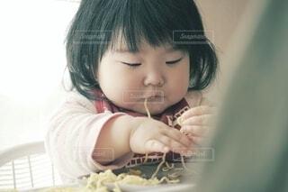ラーメンを手で食べる赤ちゃん。の写真・画像素材[4218412]