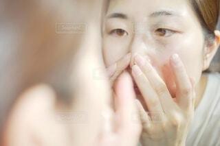 お肌の手入れ中の女性。の写真・画像素材[4260729]