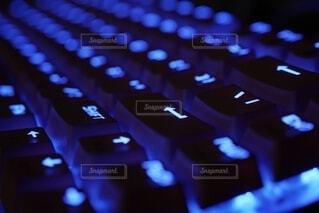 青色に発光するキーボードの写真・画像素材[4317272]