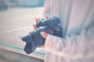 カメラを持っている女性。の写真・画像素材[4317445]