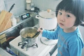 キッチンでお母さんのお手伝い。の写真・画像素材[4342444]