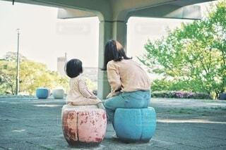 椅子に座る親と子の写真・画像素材[4359909]