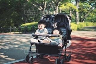 2人乗りベビーカーに乗る双子の写真・画像素材[4359908]