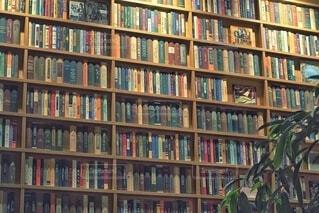いろんな本がある本棚の写真・画像素材[4503485]