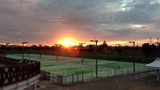 テニスコートと夕日の写真・画像素材[2405950]