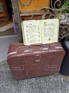 スーツケースの上に座っている荷物の写真・画像素材[2743781]
