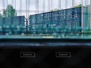 大きなガラス窓の写真・画像素材[2390324]