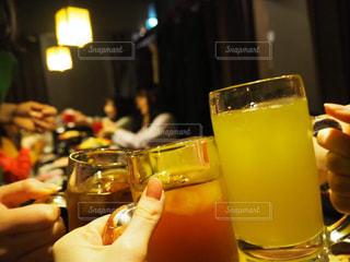 ワイングラスを持っている人のクローズアップの写真・画像素材[2768109]