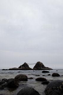 曇りの夫婦岩の写真・画像素材[2392144]